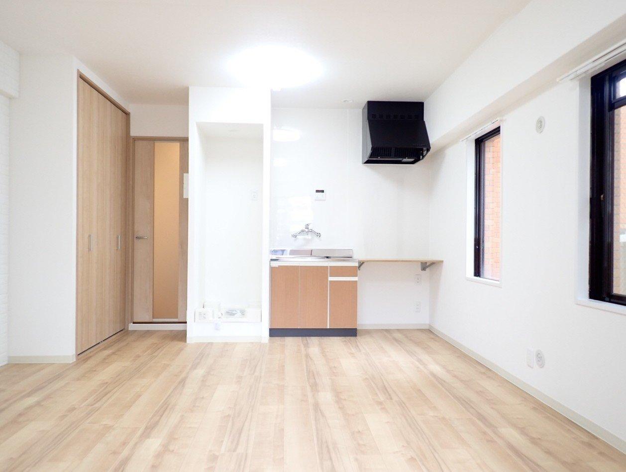 上本町駅から徒歩5分の場所にある、ワンルームのお部屋。間取りはシンプルですがそのほうが使い勝手が良いというもの。12畳あるので、インテリアを多数置いてもかなり余裕がありそうです。