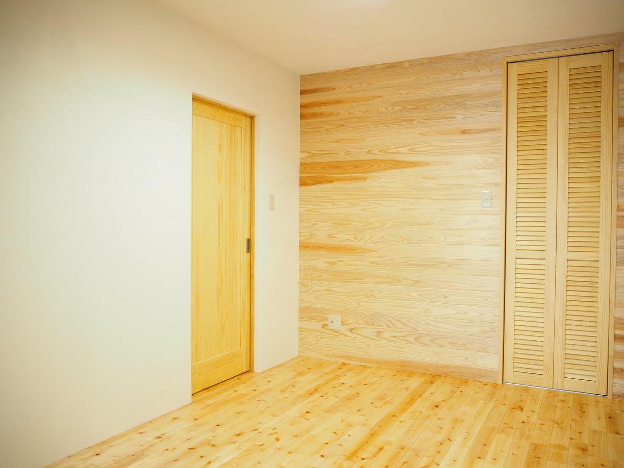 5.3畳の洋室は寝室にしましょうか。ウォークインクローゼットもあるので、便利そう。それにしてもどこを切り取っても「木」を感じられますね。心地よく過ごすことができそうです。