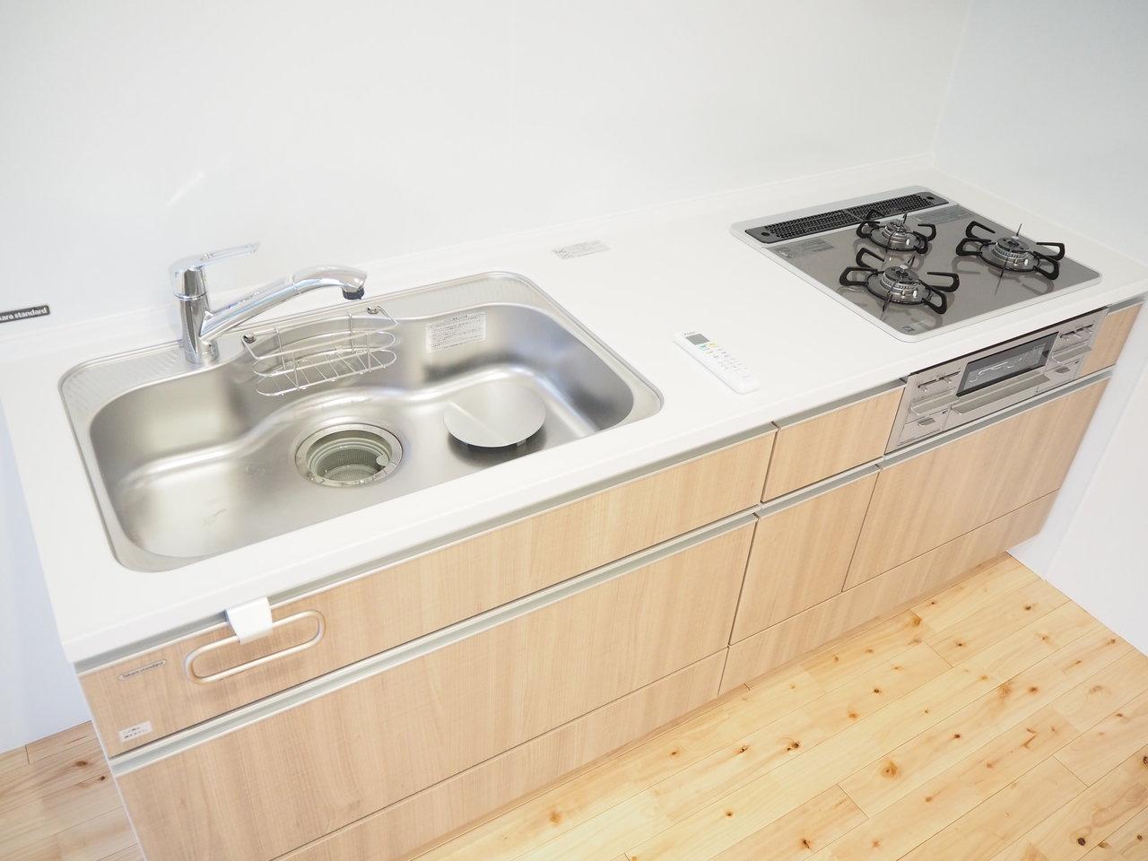 キッチンは3口コンロで、シンクも広々。二人暮らしにちょうど良い、1LDKのお部屋です。