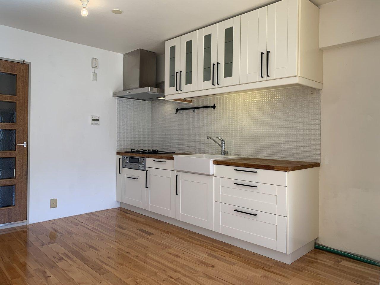 このかわいらしいキッチンも見逃せません。賃貸物件ではなかなかみない、デザイン性の高さが特徴です。もちろん、3口コンロで作業スペースあり、と機能的な部分も充実しています。