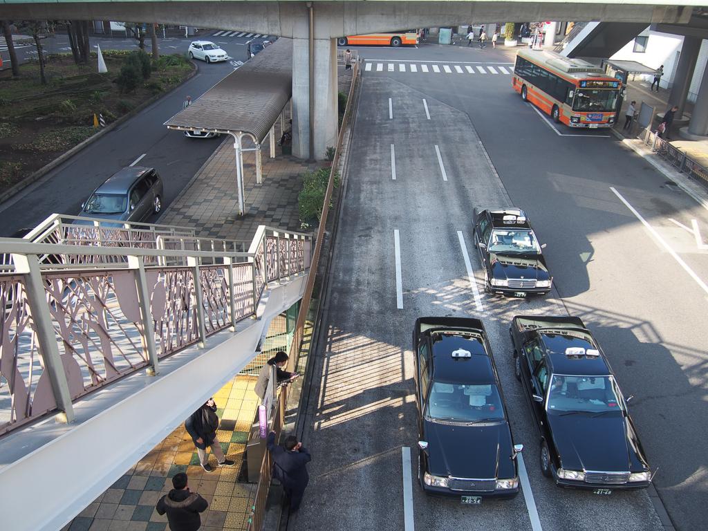 デッキ下にはバスプールやタクシー乗り場があり、地下道も発達しているので、雨の日でも安心。