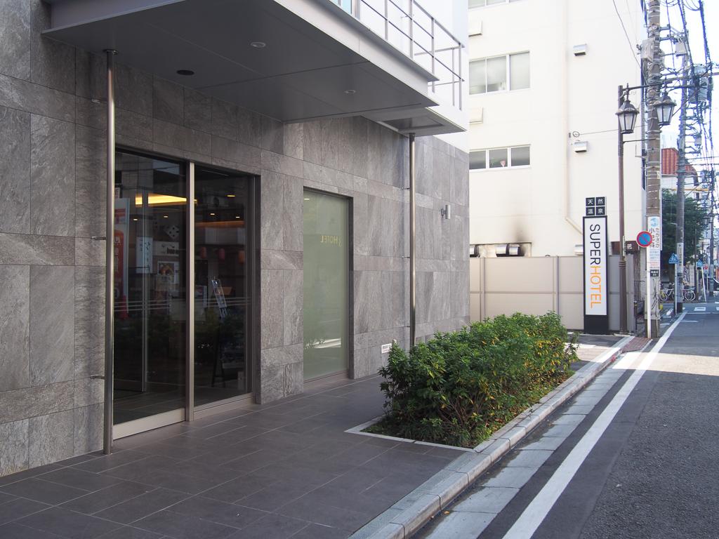 デッキを降りて、少し駅周辺を探索すると、意外とビジネスホテルが多いことに気が付きます。鎌倉方面に宿泊施設が少ないということもあって、外国人の方が利用することはもちろん、ビジネスパーソンの方も多くいるとのこと。