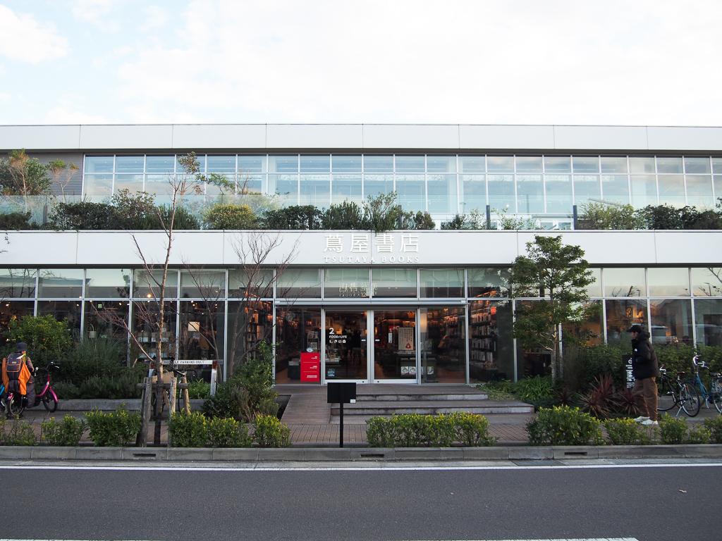 藤沢駅からバスで10分ほどのところには、都内でも人気の蔦屋書店、「湘南T-SITE」があります。本との偶然の出会いを引き合わせてくれる配置や、おしゃれなカフェの併設も人気の秘密。