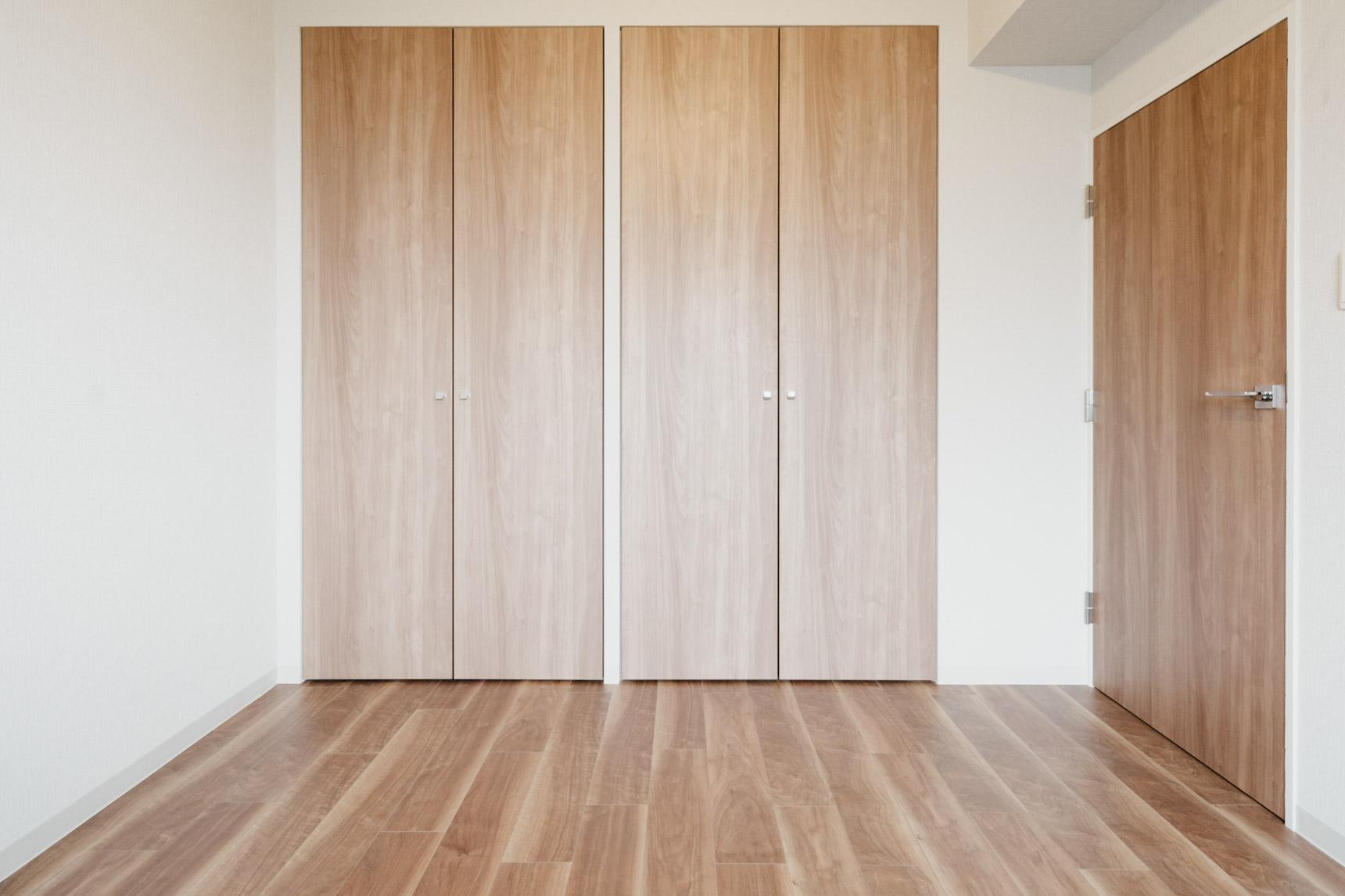 さらに2部屋ある居室は全てフローリング。こちらも、ドアやクローゼット扉まで統一されたデザインなので、気持ちの良い空間になっていますね。