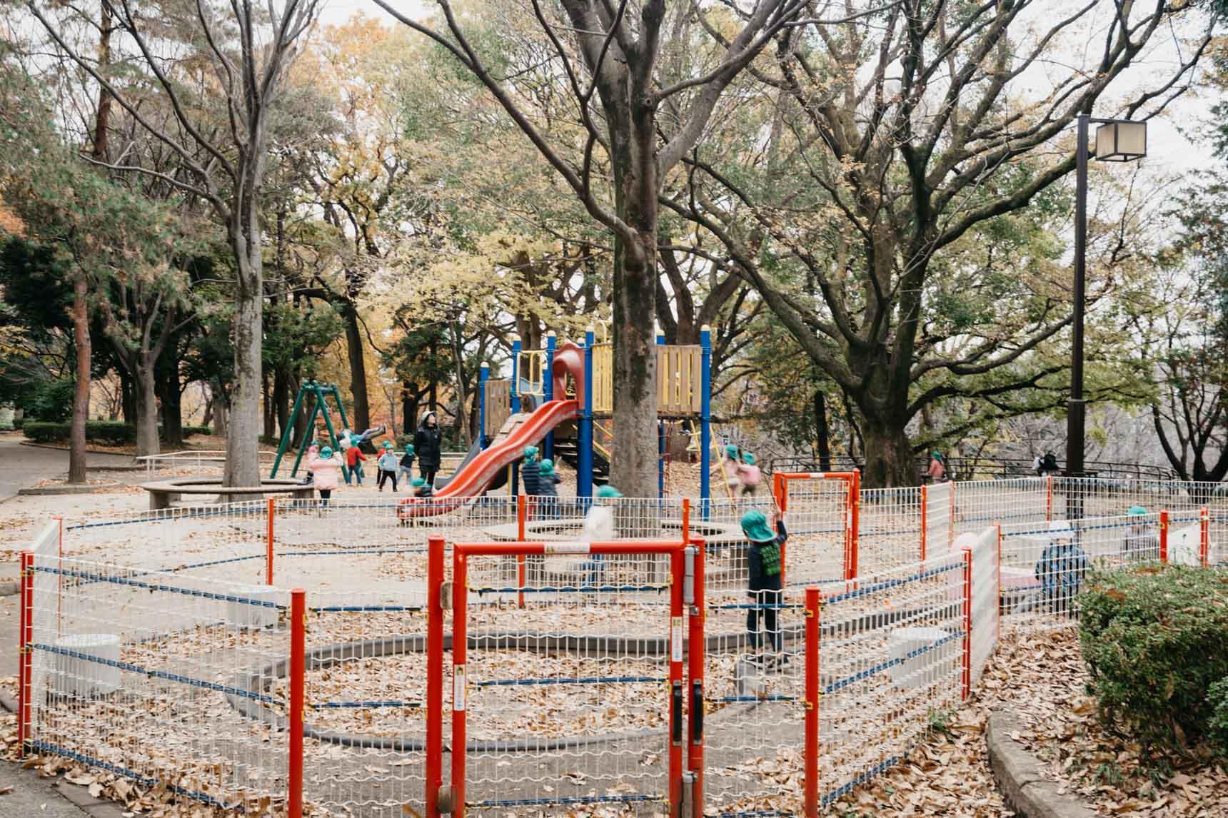 遊具のあるコーナーや、テニスコートなどもあり、子どもからお年寄りまで幅広く利用されている公園です。