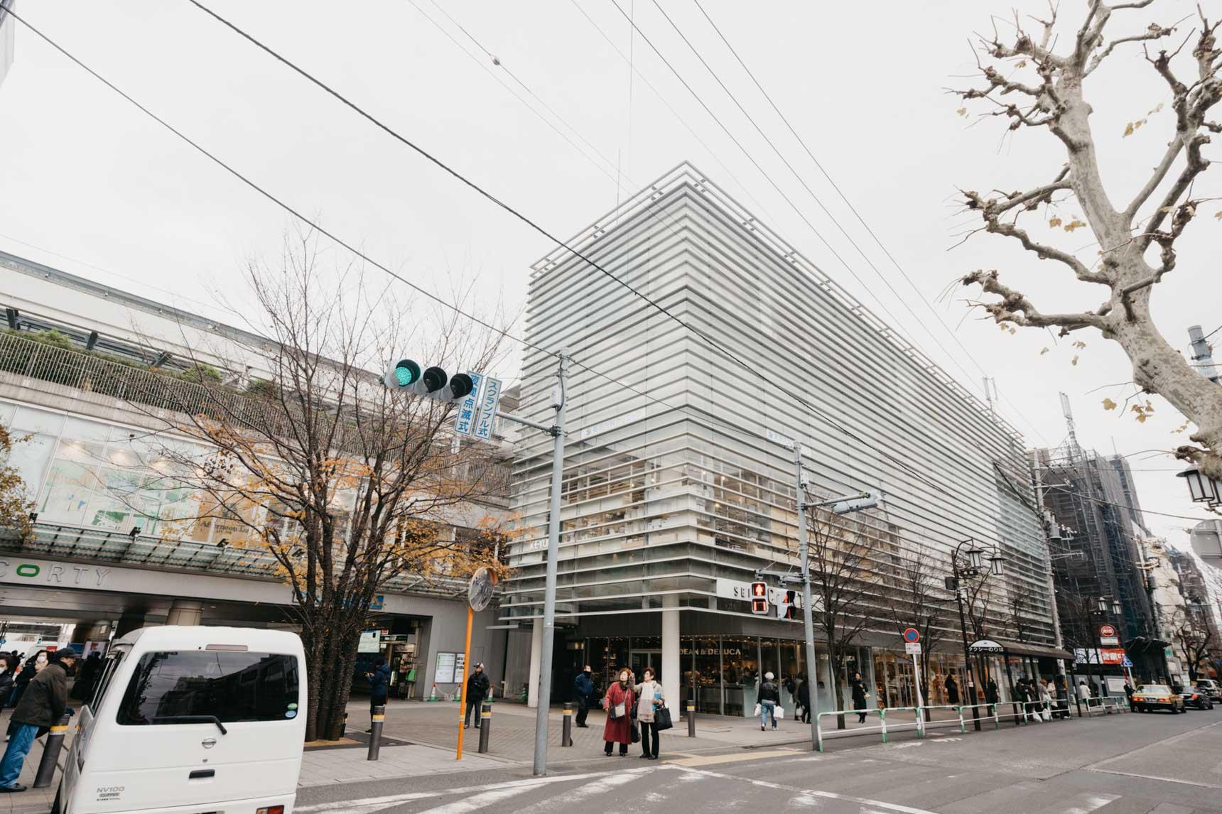 成城学園前といえば、おだやかな街並みに定評のある小田急線沿線の中でもよく知られた高級住宅街です。駅直結のショッピングモール「成城コルティ」にも、おしゃれなお店がたくさん入っています。