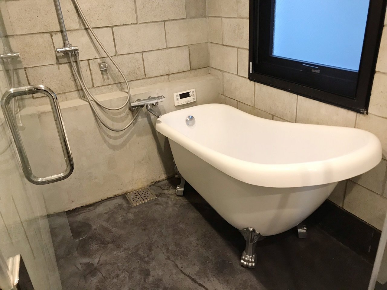 1Fに寝室とバス・トイレ。お風呂、なんと猫足バスタブでした。全体的にトガったデザインでテンション上がります。