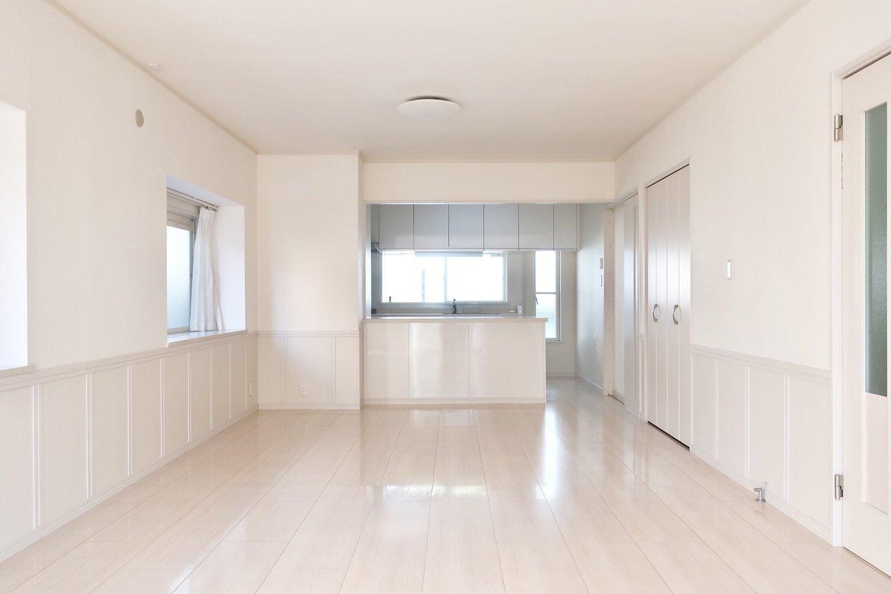 まず、LDKは21畳あります。奥に見えるキッチンも、かなり大きなものなんですが、小さく見えるぐらいの奥行きです。