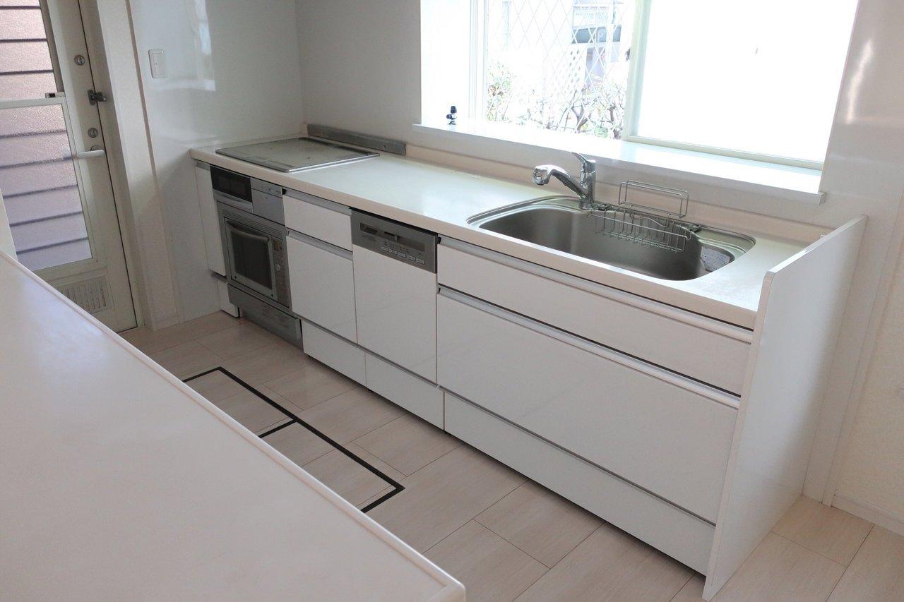 お料理上手さんには嬉しい広々のⅡ型キッチン、食洗機とオーブンが備え付けです。