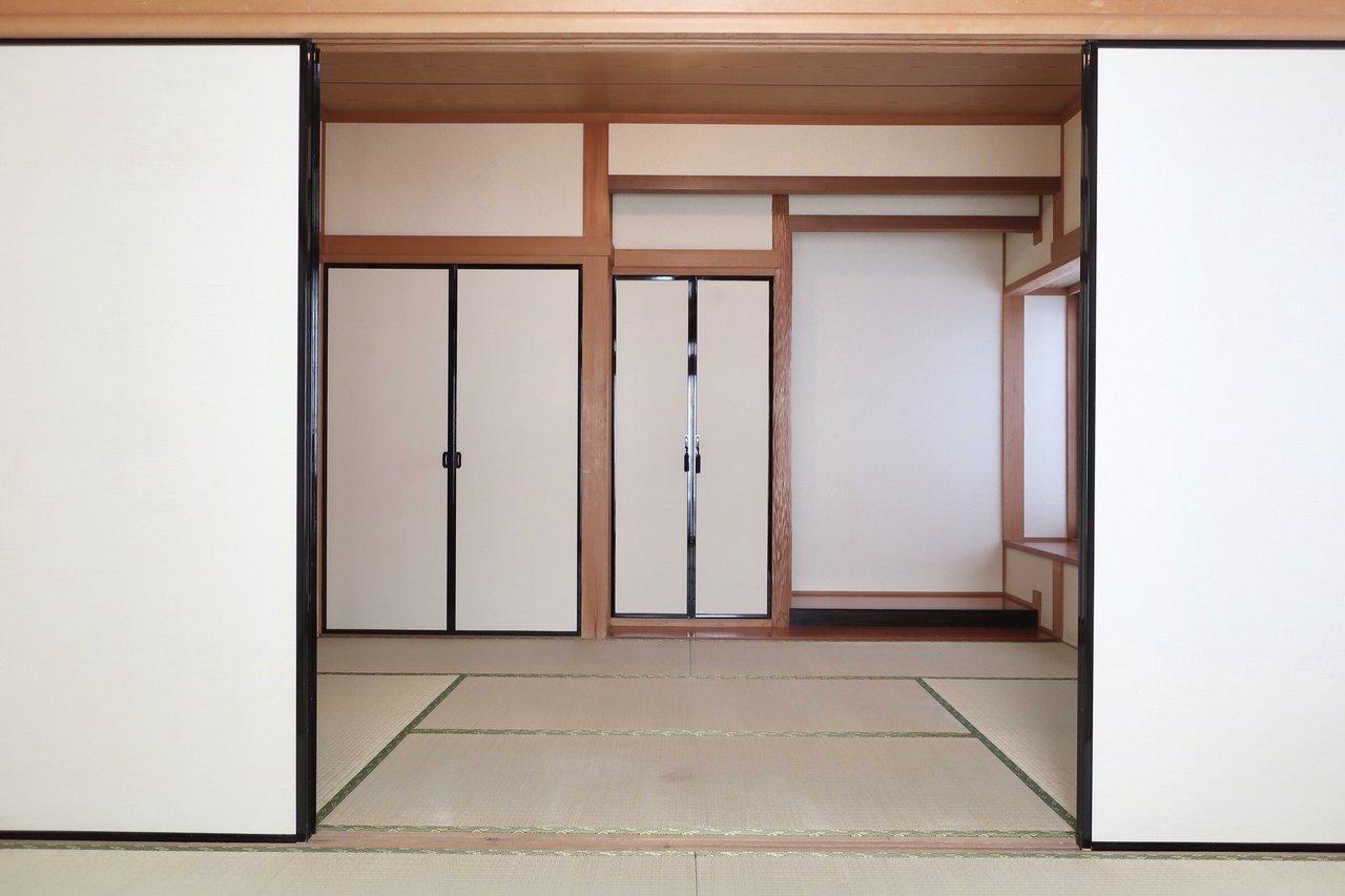 LDKの隣に2間続きの立派な和室、そして2階にあと3部屋の洋室があります。ペットもOK。この内容を丸ごと借りられちゃうってほんとレア。
