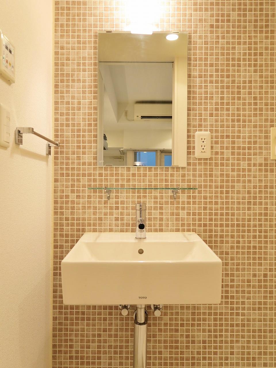 まるでショップにあるトイレのようにかわいらしいサニタリールーム。落ち着いた色合いのタイルがいつもあなたを迎えてくれます。これは毎朝テンション上がりそう!