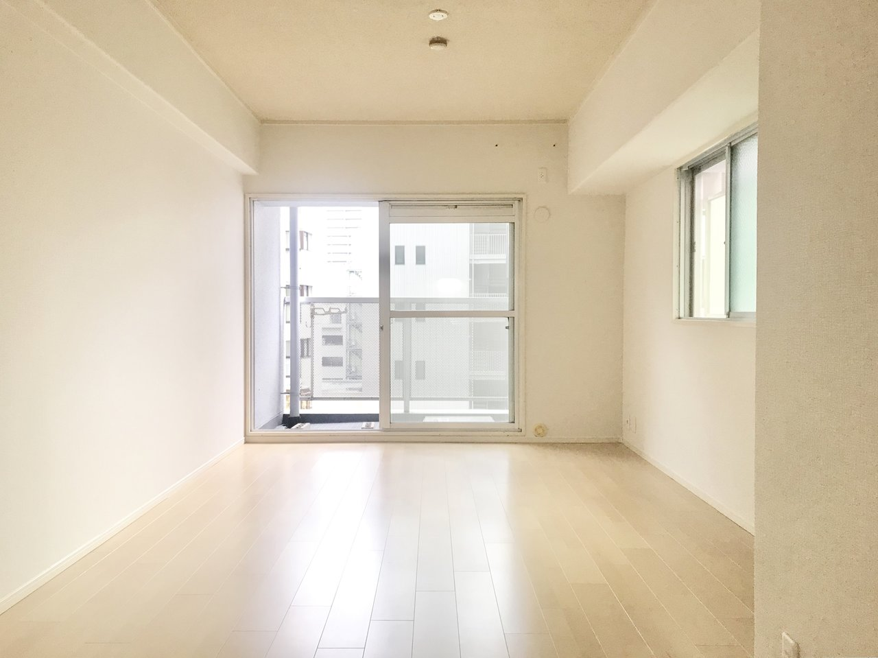 続いては、縦に長いリビングがあるワンルームタイプのお部屋。こちらもワンルームながら、広さは十分。なんと13.5畳もあるのです!しかも2面採光なので日当たりも良く明るい印象のお部屋です。