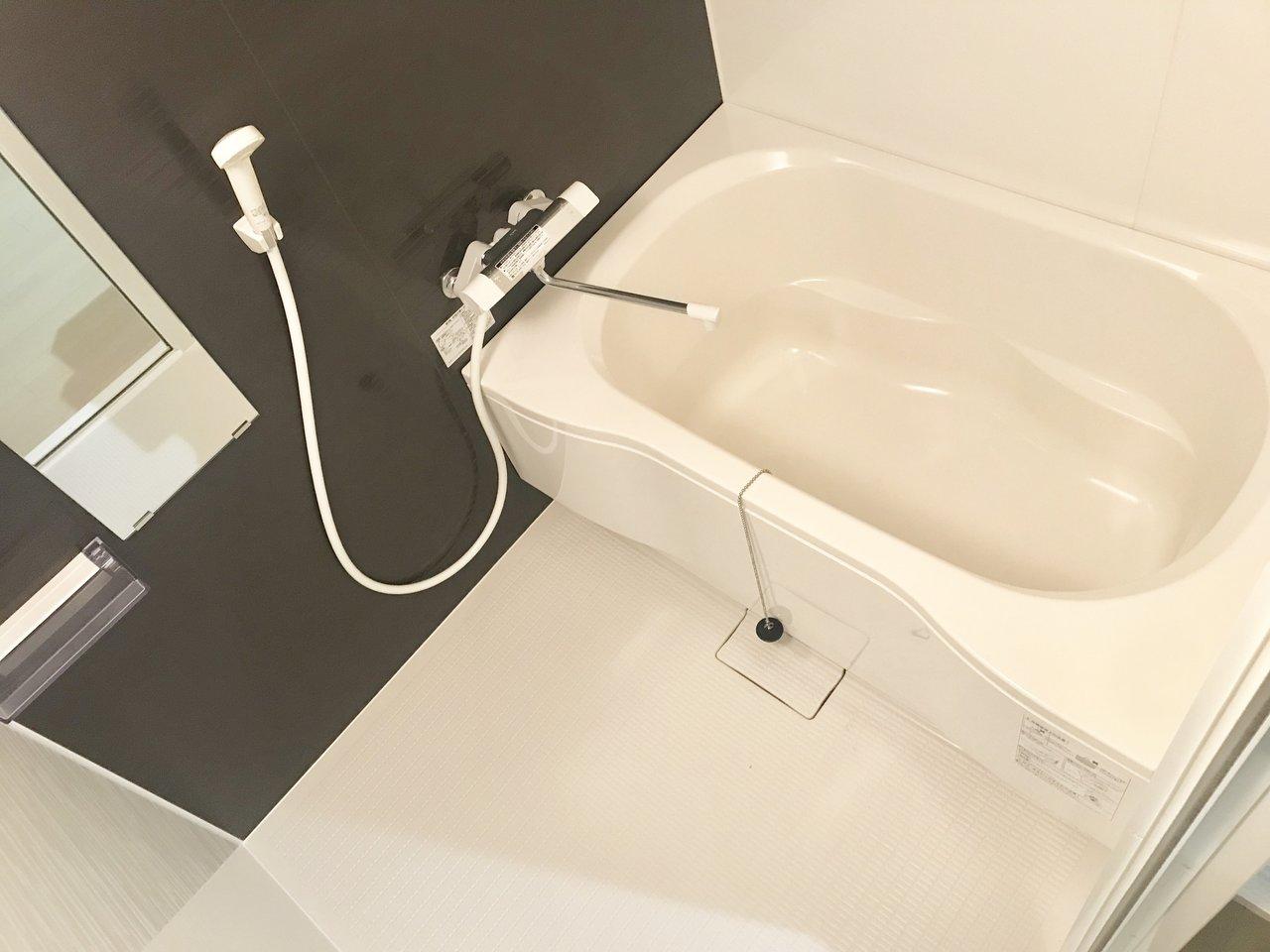 築年数はだいぶ古いお部屋ですが、なんとお風呂とトイレが新品になっています。水回りが綺麗だと、お部屋の価値もグンと上がりますね。
