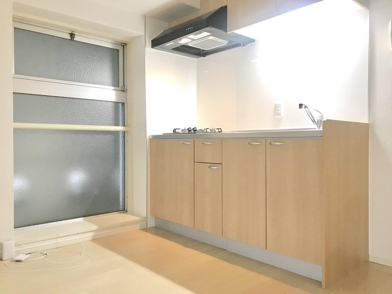 キッチン横にも大きな窓が。二口コンロ付きで作業スペースも広々。ここに住んで毎日カップラーメン、な生活はもったいない。これを機に料理を始めましょう。