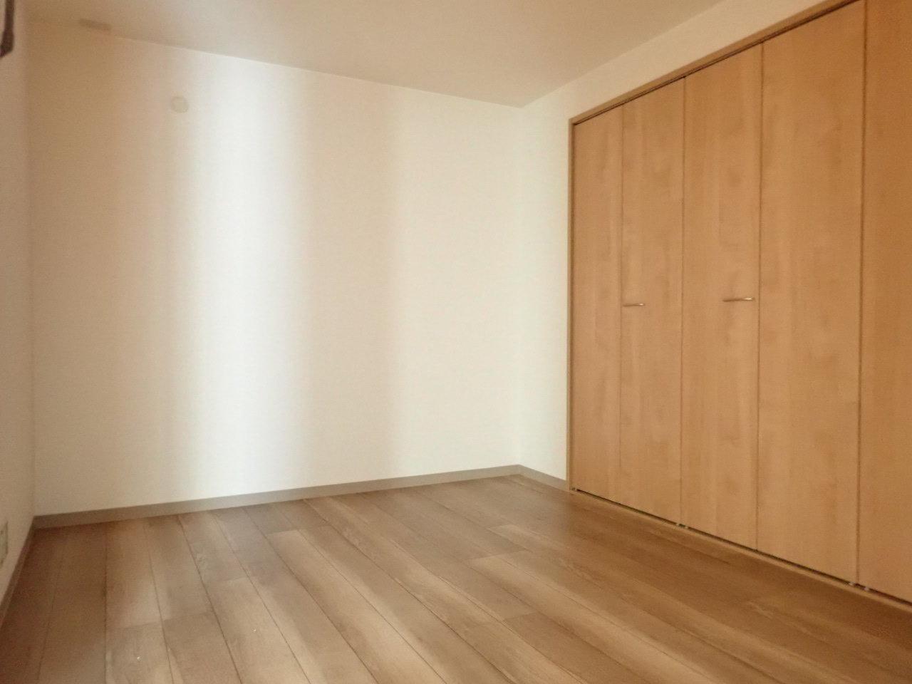 ほかのお部屋も6畳以上のスペースがあります。大き目のクローゼットにはだいたいの荷物が入ってしまいそうです。二人暮らしでも狭さを感じず生活することができそうなお部屋です。