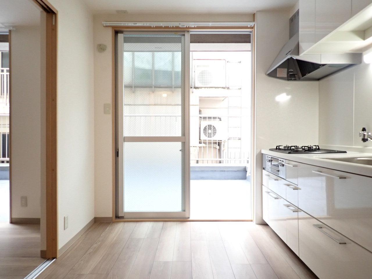 1LDKの間取りのこちらのお部屋。玄関を開けるとまずこの景色。キッチンに荷物を置いて、奥に進むと……