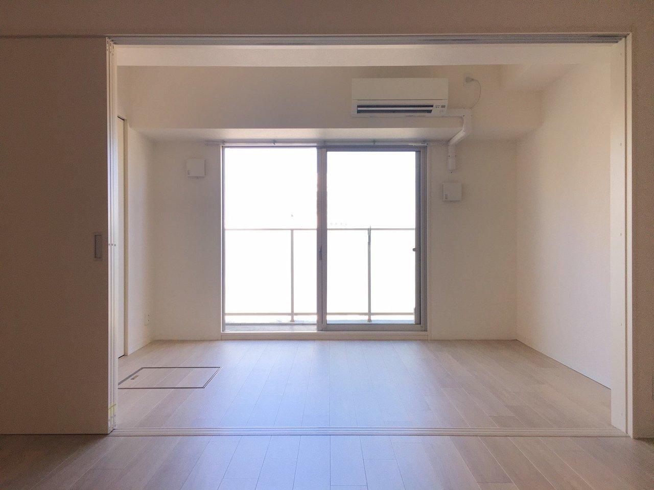 縦に長いタイプの1LDKのお部屋。2部屋の仕切りを開け放して、開放感あるお部屋にしてもいいですね。奥が寝室、手前がリビング、という感じで使いましょうか。