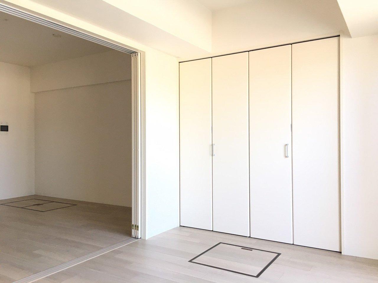 収納スペースは、この大きなクローゼットだけではありません。床下に2つ、収納スペースがあるのがわかりますか?こちらには、普段は使わない予備の洗剤や食材などを入れて、生活スペースを効率よく使っていきたいですね。