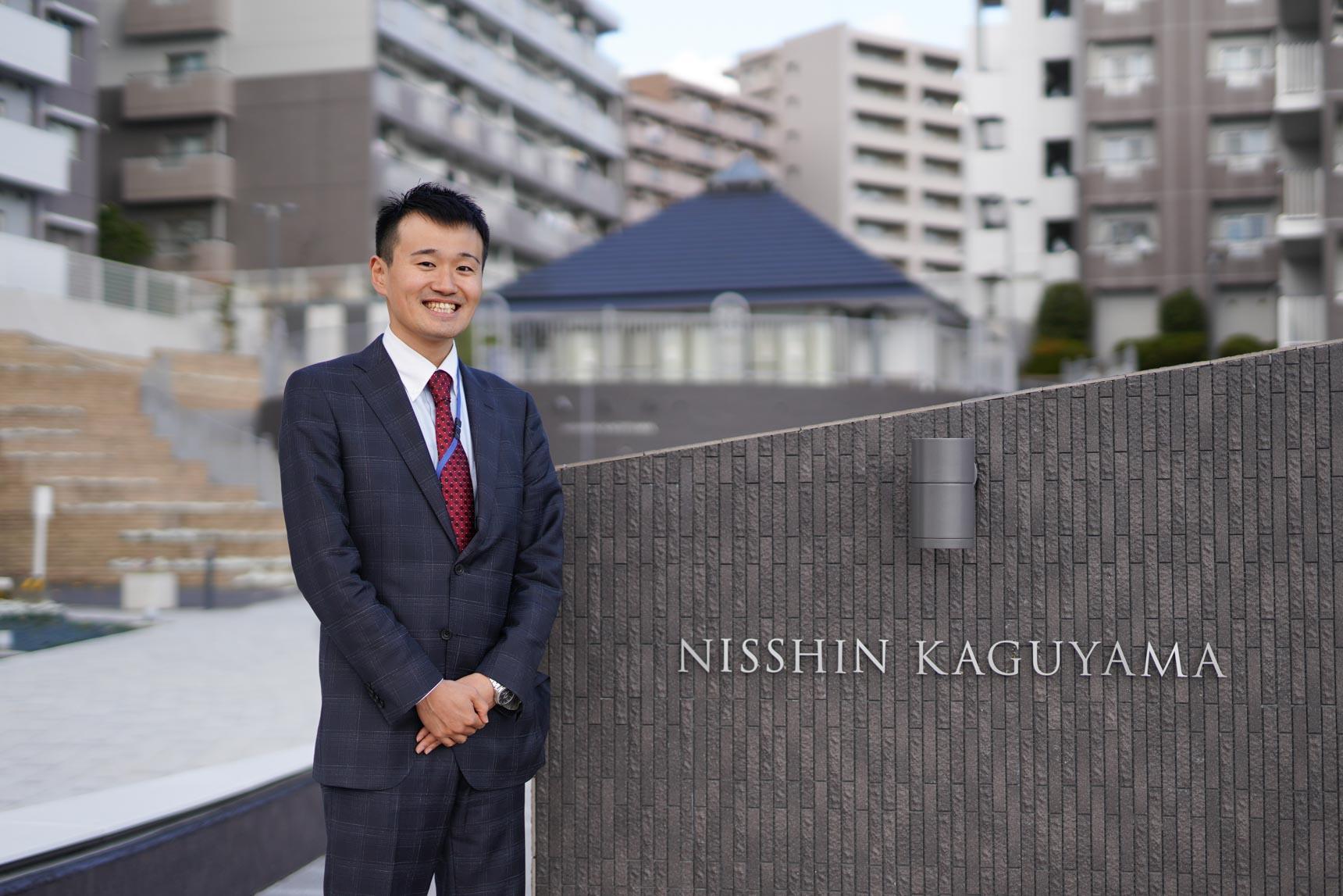 ご案内していただいたのは、UR都市機構の古檜山さんです。「NISSHIN KAGUYAMA」のサインも真新しく、かっこいいですね!