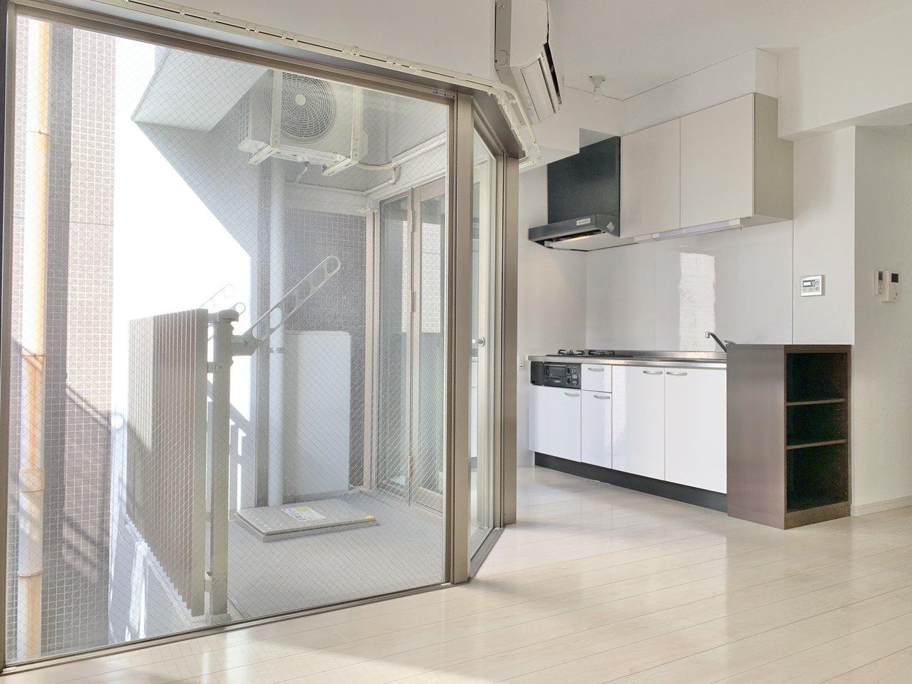 この窓の形がポイント。キッチンまで明るく、気持ちよく料理ができそうですね。