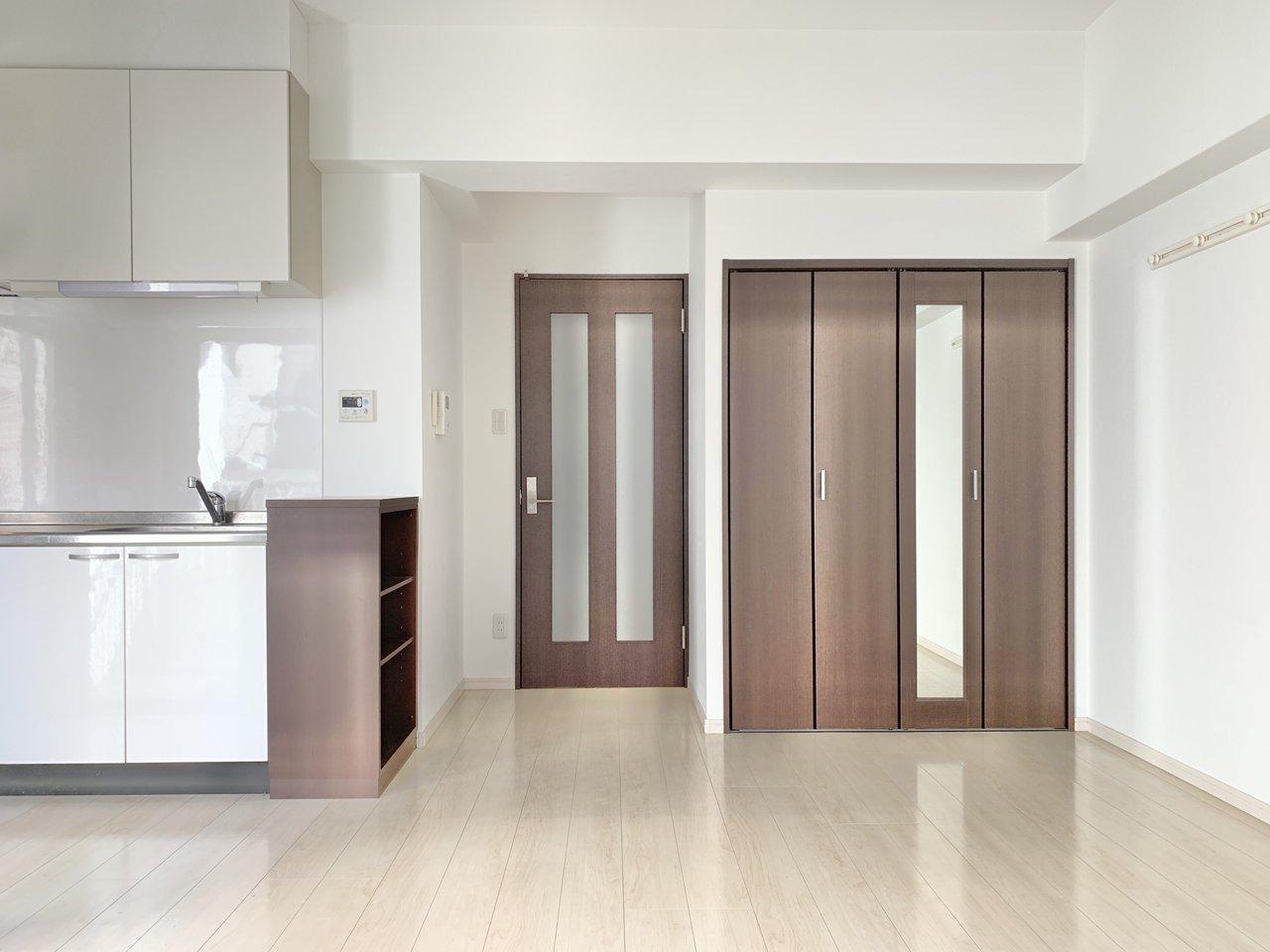 二口ガスキッチン、独立洗面台など、ワンルームでも設備が充実している2014年築のマンション。オートロックや宅配ロッカーもあって初めての一人暮らしも安心です。