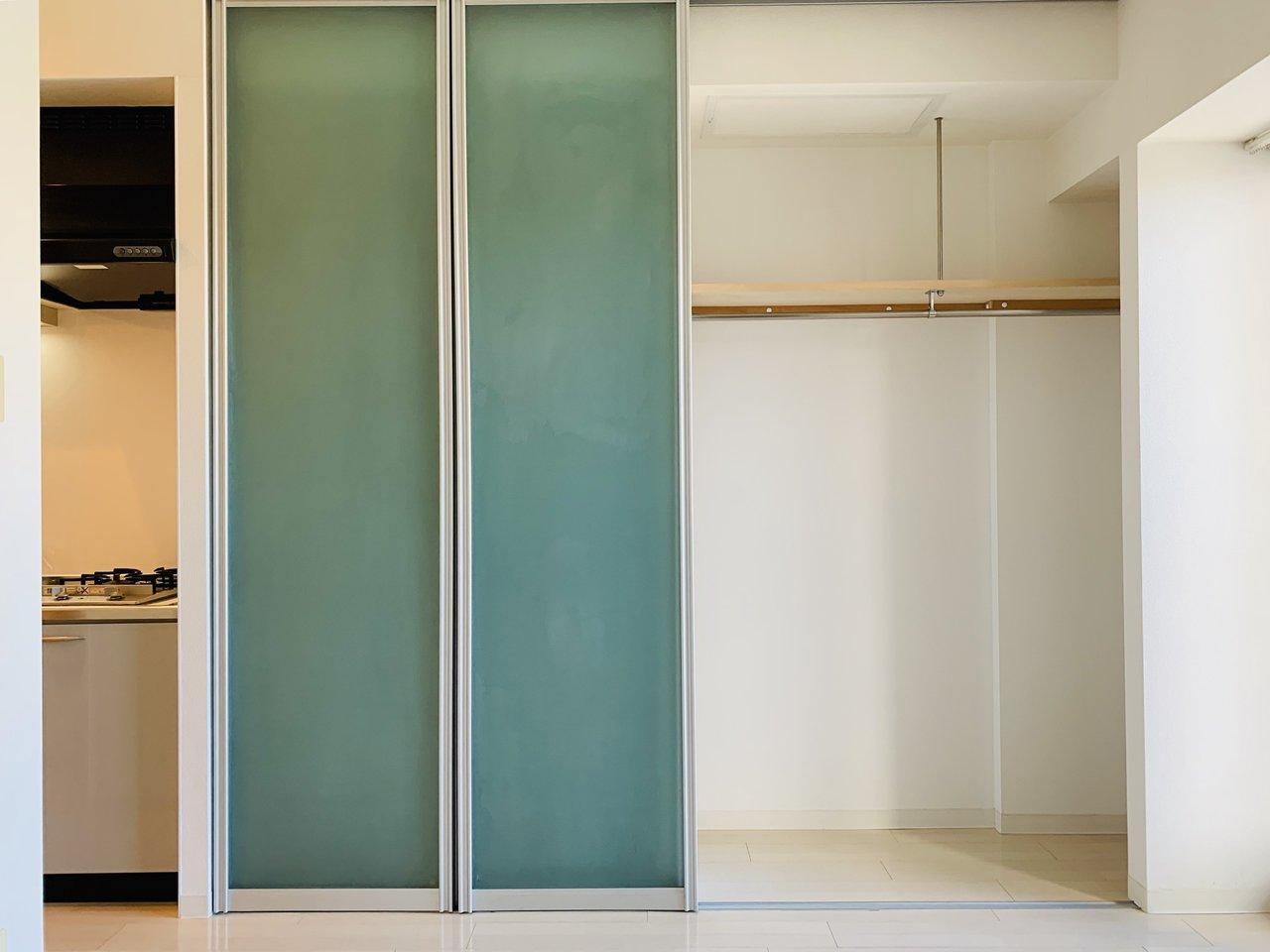 何より、収納スペースが広いのがうれしいところ。左右どちらも開けられるようになっていて、右側はハンガーラックがついて広々タイプ、左側は細かに仕切られた棚が備え付けられています。衣類もこの棚に入れてしまってもいいですね。