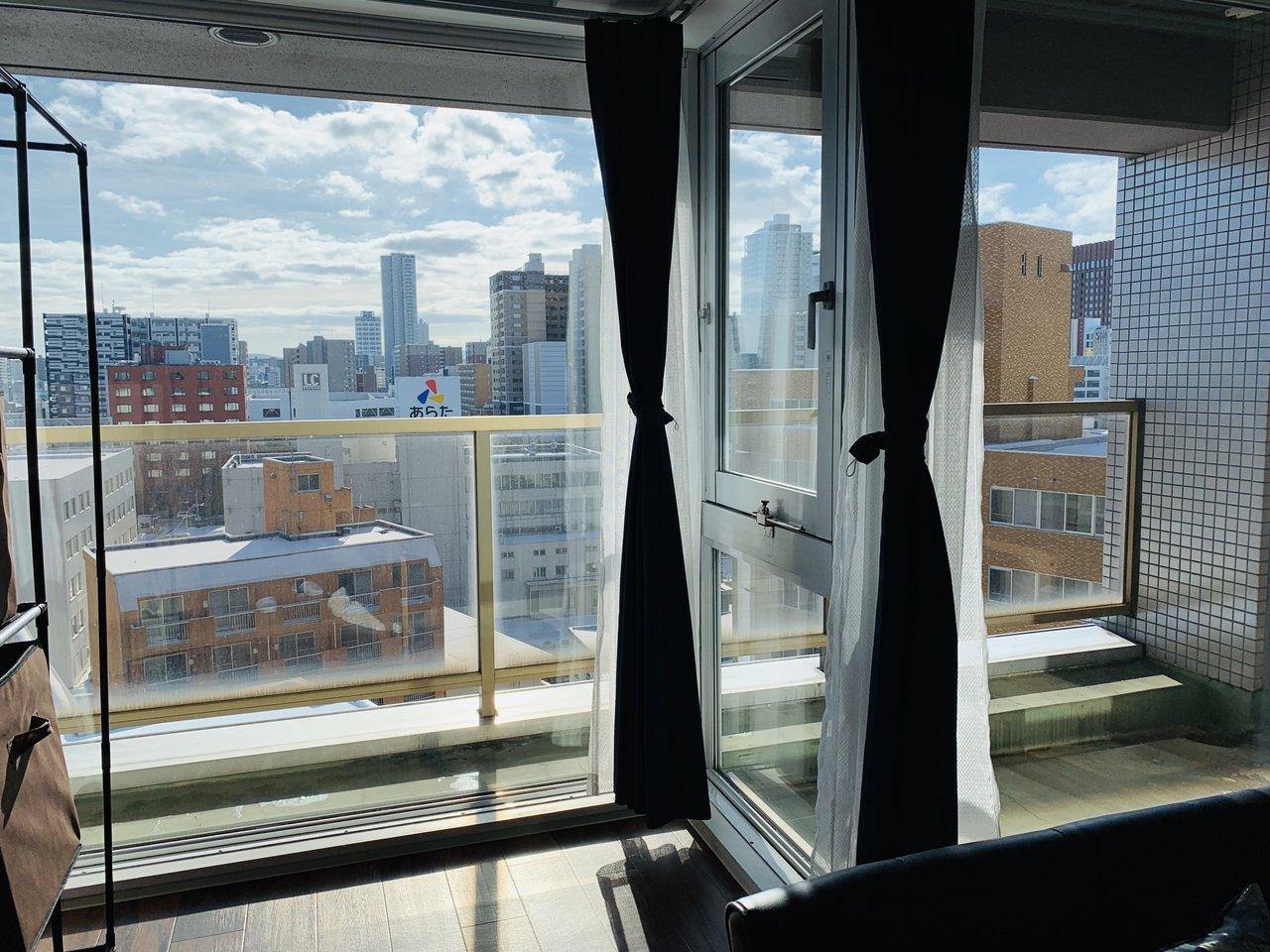おすすめは、この南向きのワイドウィンドウ。9階の部屋なので周りに高い建物もなく、視界も良好です。(※家具はサンプルです)