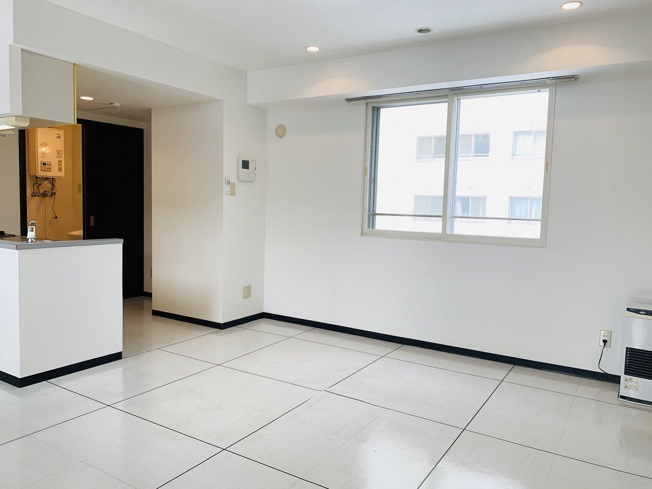リビングキッチンにも窓があるので、室内どこにいても明るさを感じられるはず。リビングも10畳以上あるので、ダイニングテーブルなども置けそうですよ。