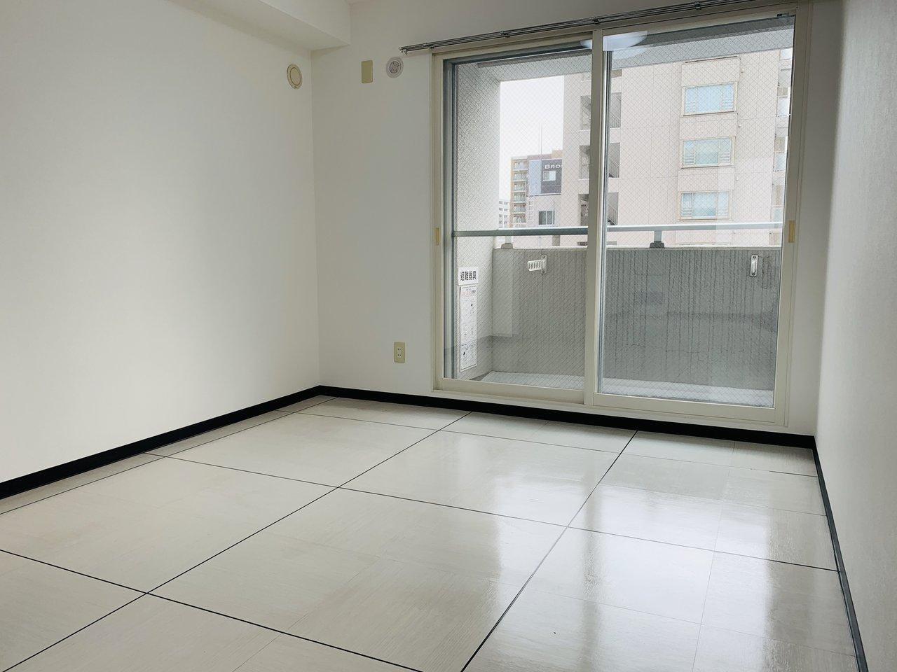 寝室部分は5.6畳。クローゼットもありますよ。奥のバルコニーに出れば7階から札幌駅周辺の街並みが望めます。