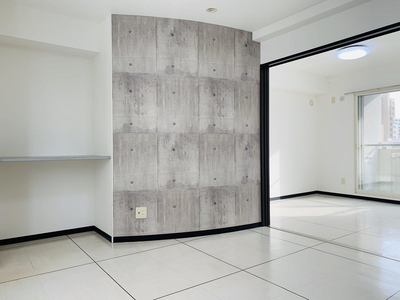 仕切り戸を開け放せば、大きくL字型になる1LDKのお部屋。L字型なので扉を開放していても寝室側のスペースはあまり気にならないかも。白いタイルが清潔感のある、シンプルなお部屋です。