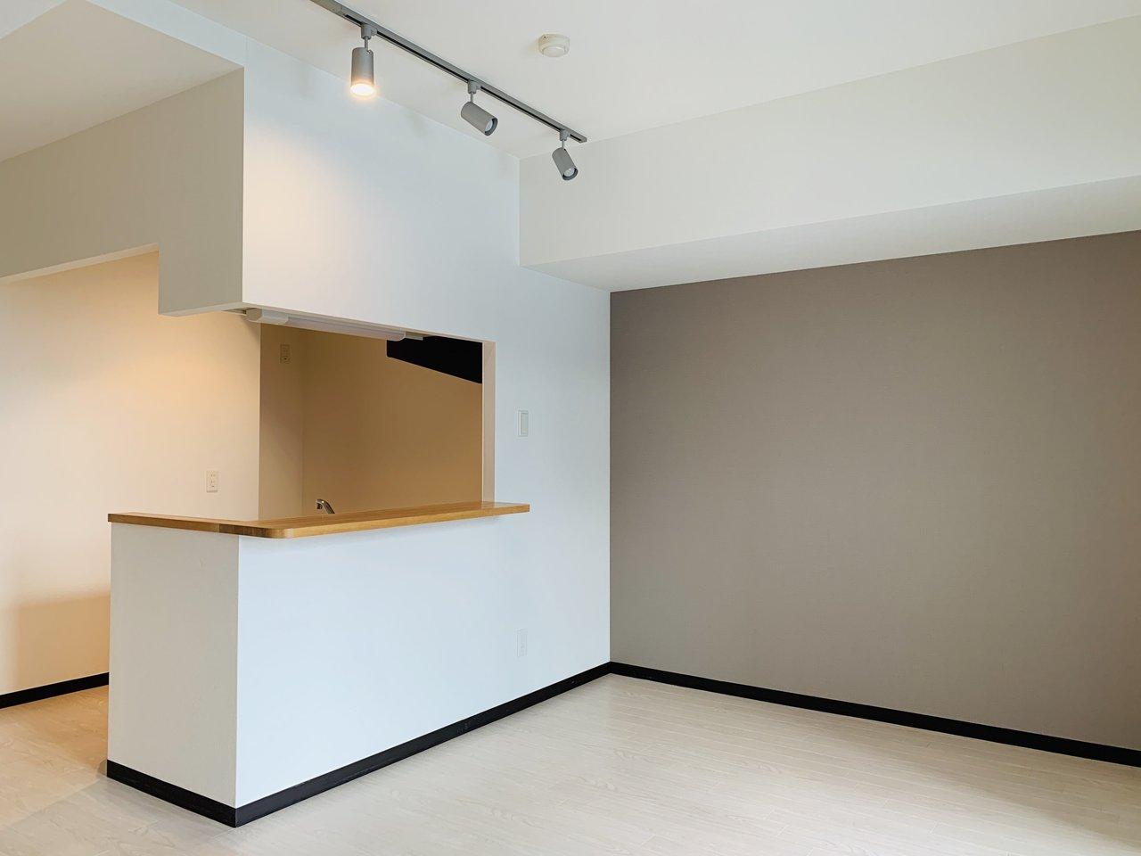 最後にご紹介するのは、2LDKの広めのお部屋。リビングには落ち着いた色のアクセントクロスと、カウンターキッチンが。全体的にナチュラルな色合いで作られているので、好みの方は多いはず。