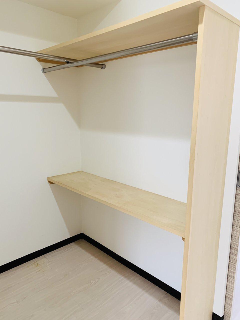 リビング以外の二部屋の間には、どちらの部屋からも行き来できる広めのウォークインクローゼットが。1か所に収納場所が集まっているのは、案外便利かもしれません。