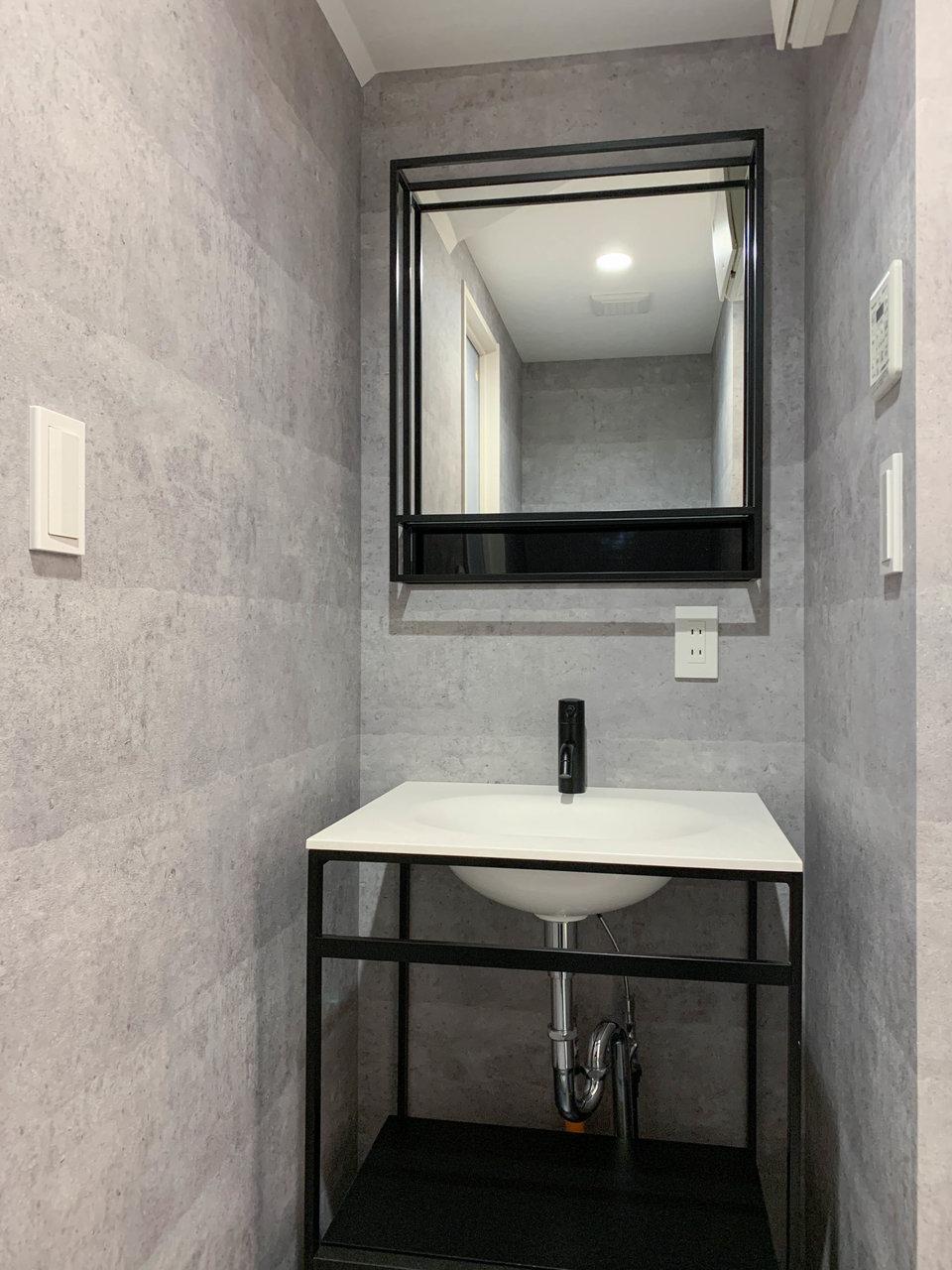 独立洗面台も、黒のアイアンを使ったり、クロスもシンプルなグレー。洗面台下に収納スペースがあるので、あまり表に物は置かず、シンプルに使えたらいいですね。
