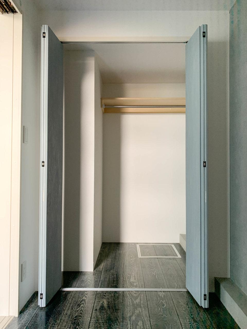 寝室の淡いブルーの扉を開ければ、奥行きのある収納スペースが。寝室自体は3.2畳。シングルベッドが置けるくらいの広さです。