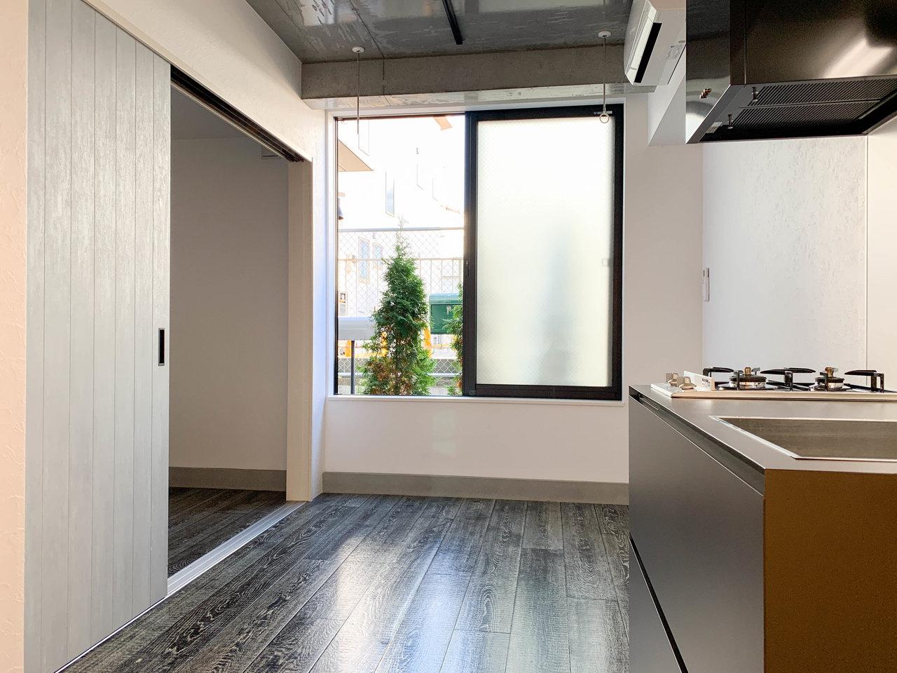 リビングと寝室をきっちり扉で仕切ることができる、1LDKのお部屋です。壁紙は白や、コンクリート打ちっ放しのようなグレーの色合い。天井も同じくグレーです。