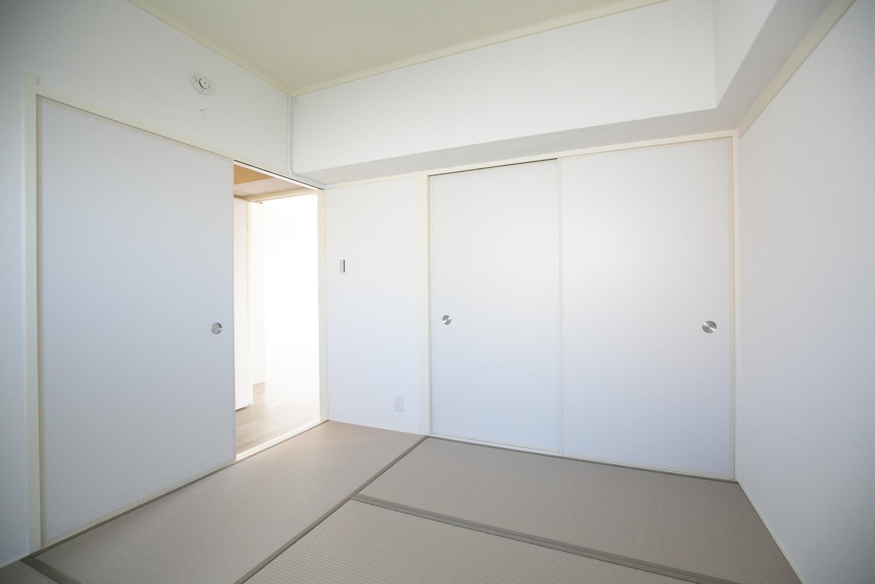注目したいのは、和室。昔ながらのい草の色ではなく、樹脂製のカラー畳が使われているほか、襖の縁などもしっかりカラーコーディネートされているので、洋風なインテリアにも合いそうです。