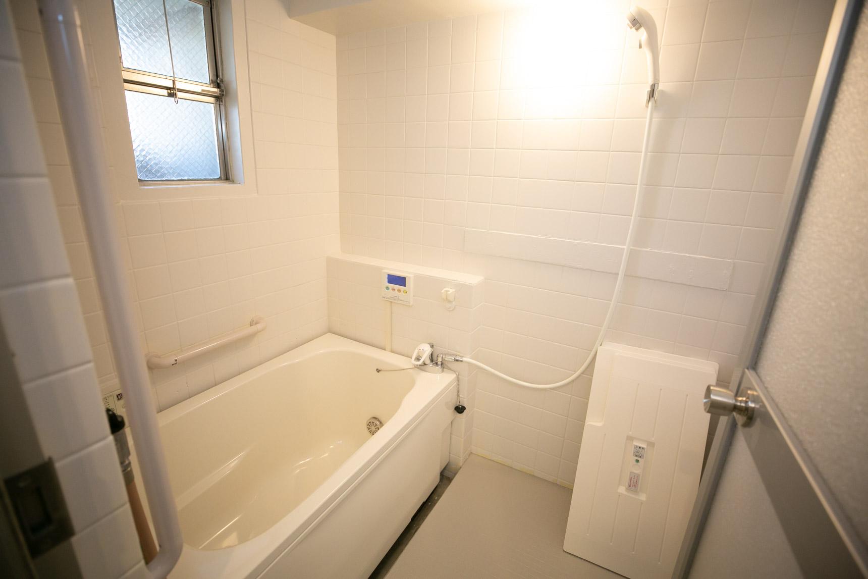お風呂は浴槽を新しく、壁には塗装、床にはシート貼りを施してリニューアル。かなり明るい雰囲気になりました。