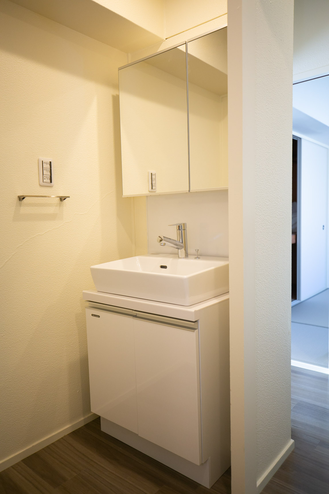 脱衣所には、デザインの良い洗面台もしっかり。トイレ入口の段差も解消してバリアフリーになっています。