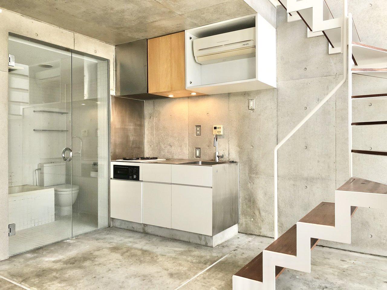 下の階はキッチンと、トイレやお風呂などの水回りがあり、ここがリビングスペースになりそう。すべて床・壁がコンクリート打ちっ放し、水回りはなんとシースルータイプになっています。まるで外国にいるかのような気分になれるお部屋です。