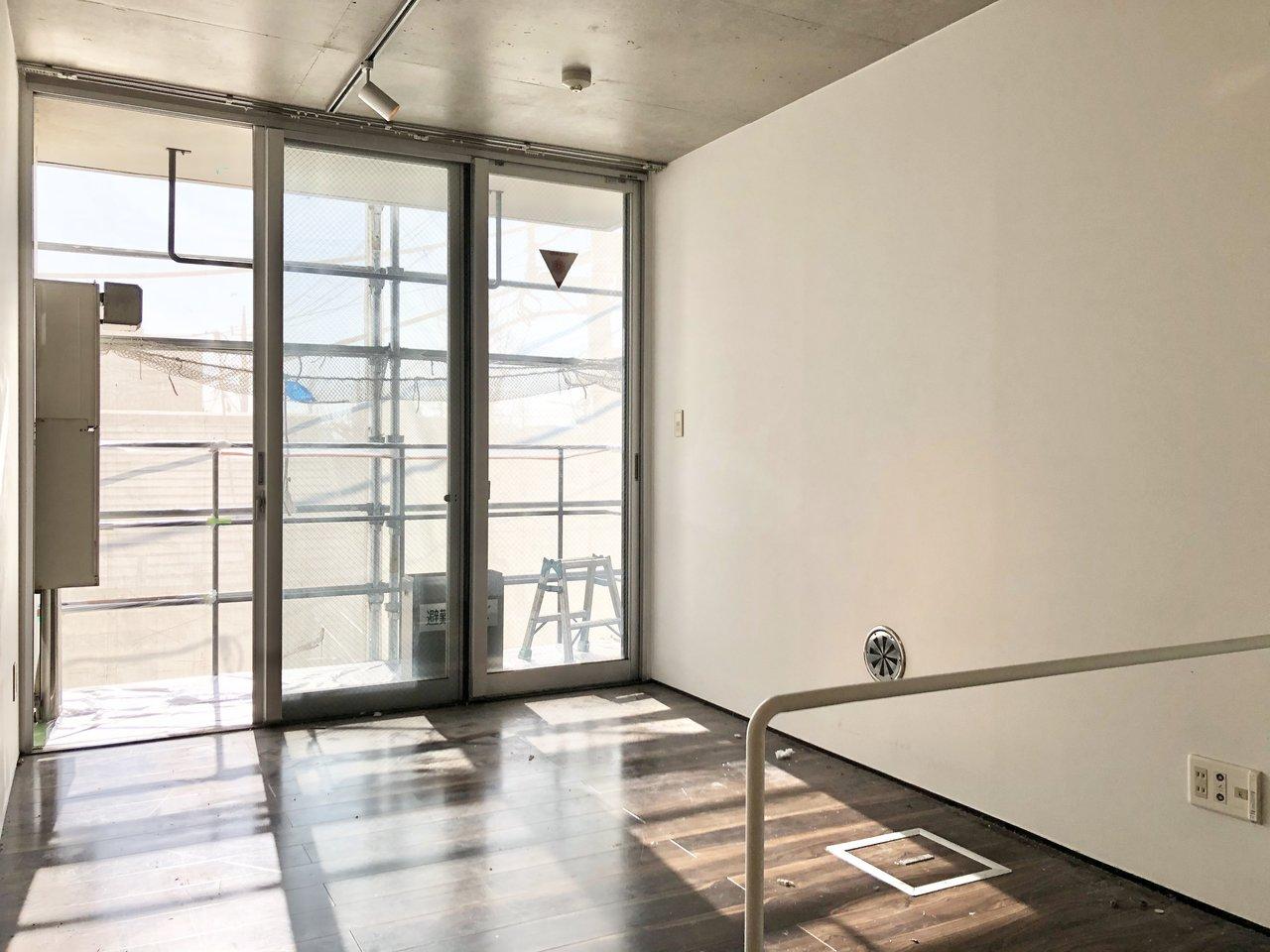 上階部は寝室と、クローゼットがあるお部屋。壁一面が窓になっていて、こちらも光がたくさん降り注ぎます。2面採光なところも良い!