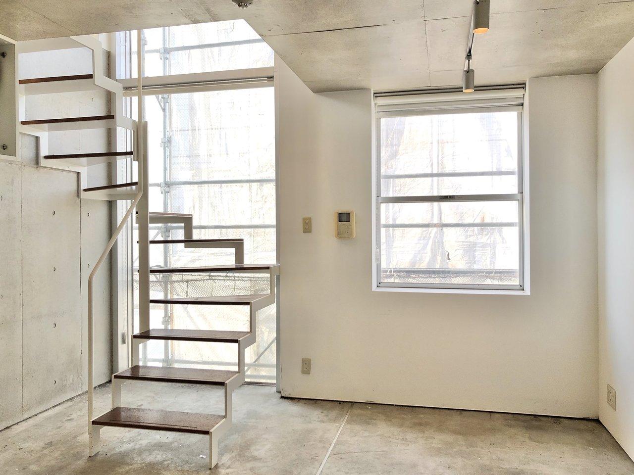 2部屋が階段で連なる、メゾネットタイプのお部屋です。階段脇の窓から差し込む光が暖かいですね。