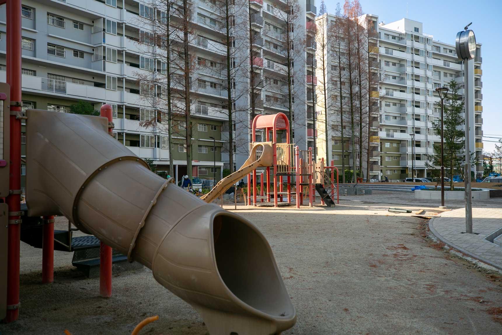 お部屋から出て、車道を通らずにいろんな遊具のある公園へとアクセスできるのは、小さなお子さんのいるご家庭にとって安心です。