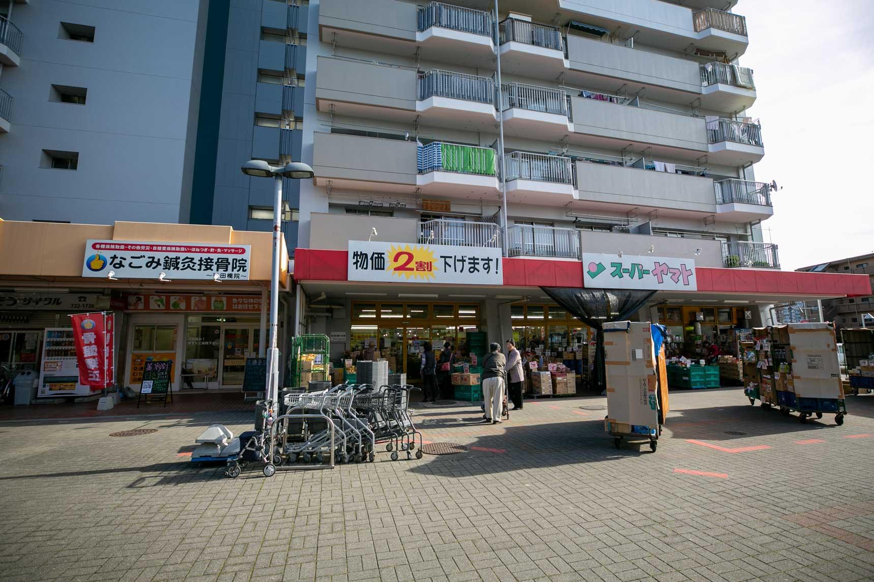 団地の1階にも商店街があり、スーパーやクリニック、郵便局や銀行までがあるので、駅前まで出る必要もなく毎日のお買い物は事足りてしまいます。