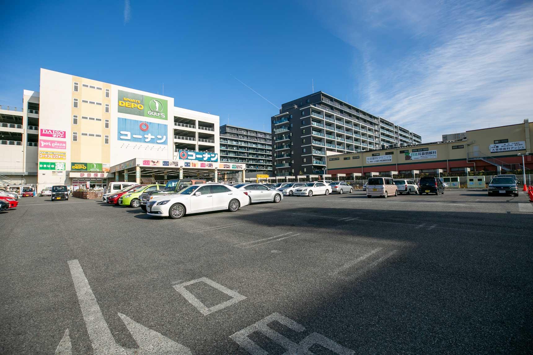 団地の東側に隣接する商業施設。ホームセンターや100円ショップ、スーパーやドラッグストアが入っていてかなり便利そう。