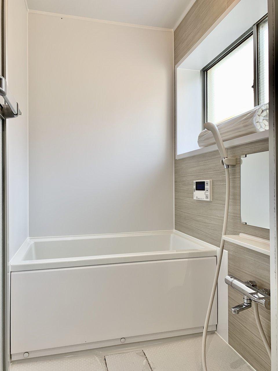 お風呂もグレーのクロスでシックに。窓がついているのでかなり開放的なイメージです。