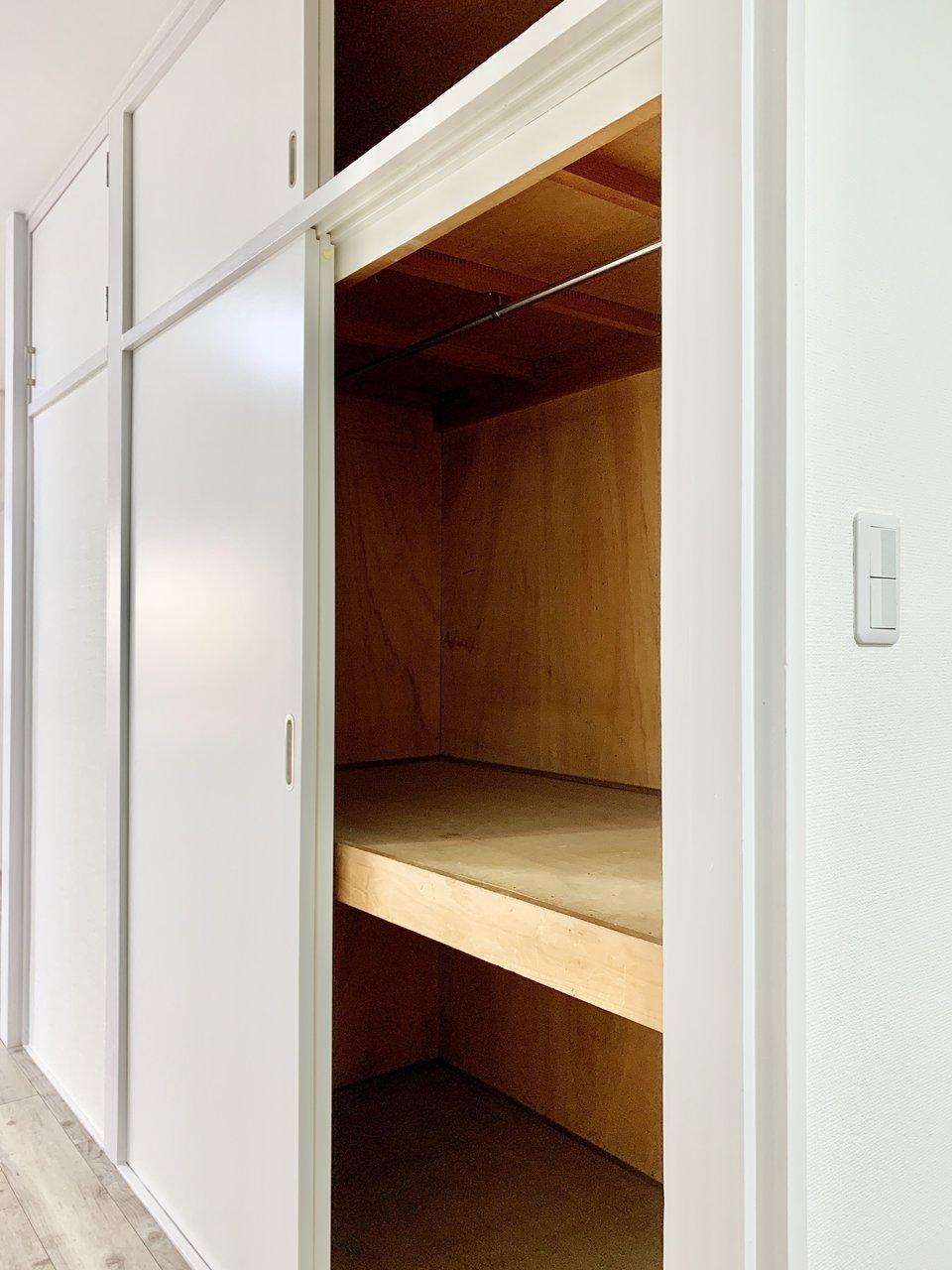 押入れ型の収納スペースがかなり活用できそう。もう一つ、ブラインドで隠せる収納箇所もありましたよ。