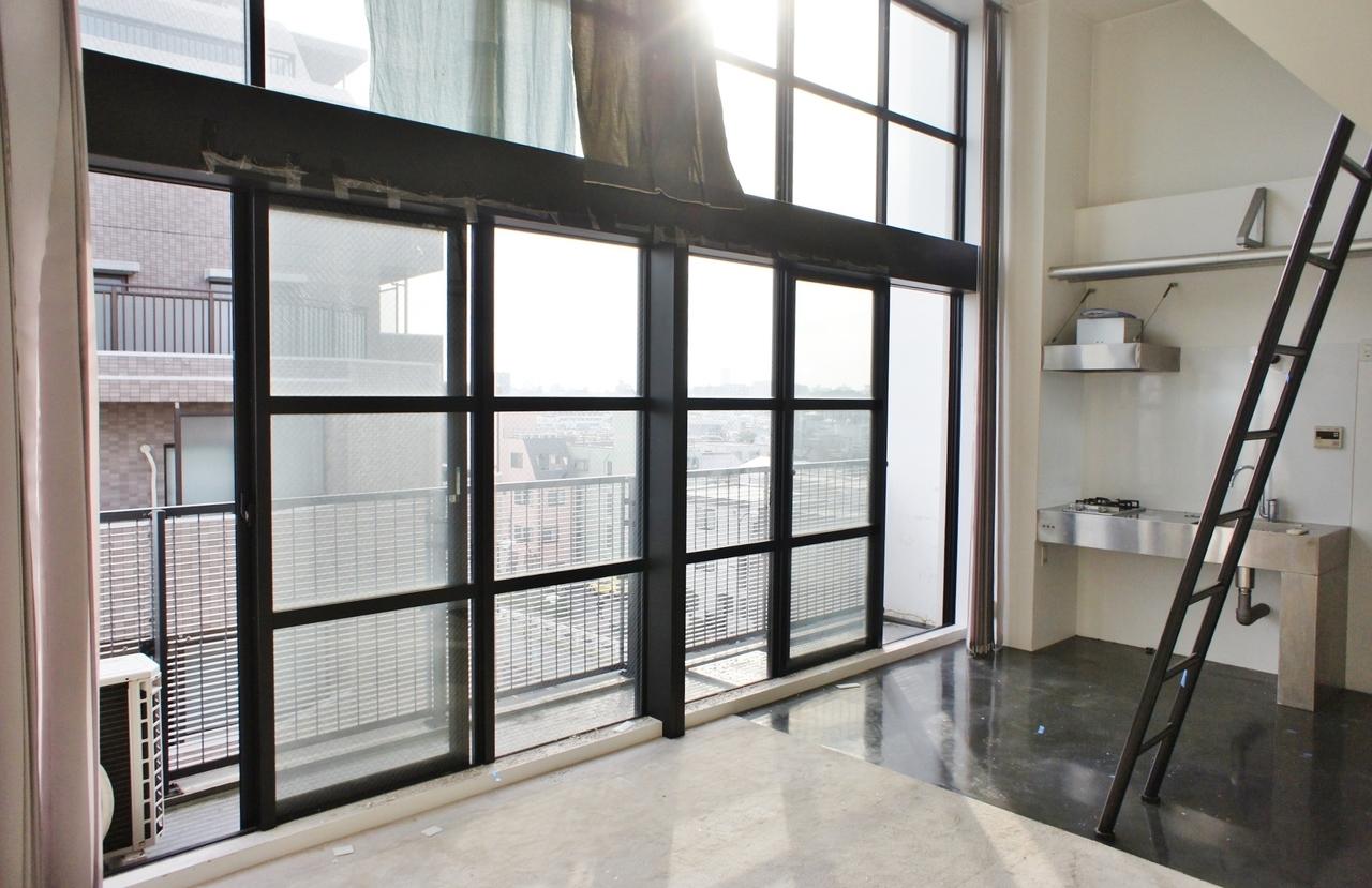特徴は、このリビングの壁一面を窓にしてしまったその潔さ!黒のフレームもまたいい味出してます。かなりかっこいいです。