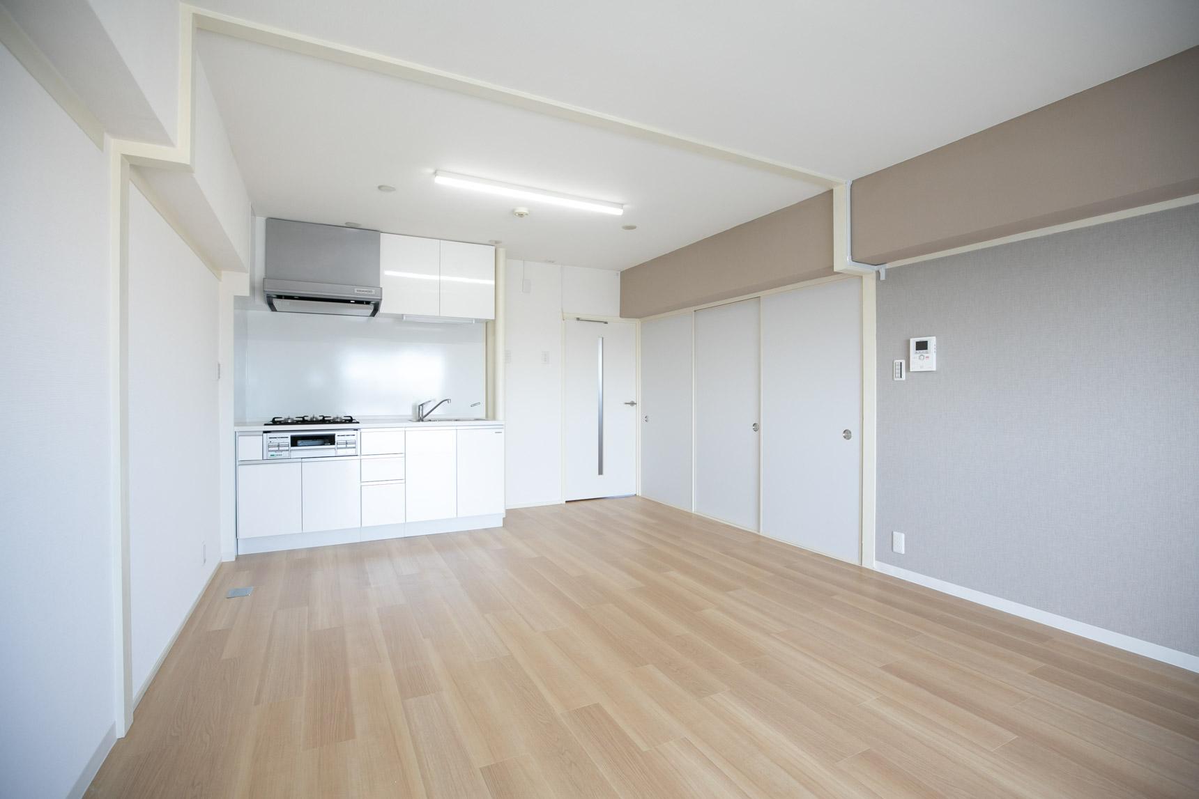 リノベーションのお部屋には、床の色がもう少し明るめの「ナチュラル」カラーもあります。自分の好きなインテリアに合わせて選びたいですね。