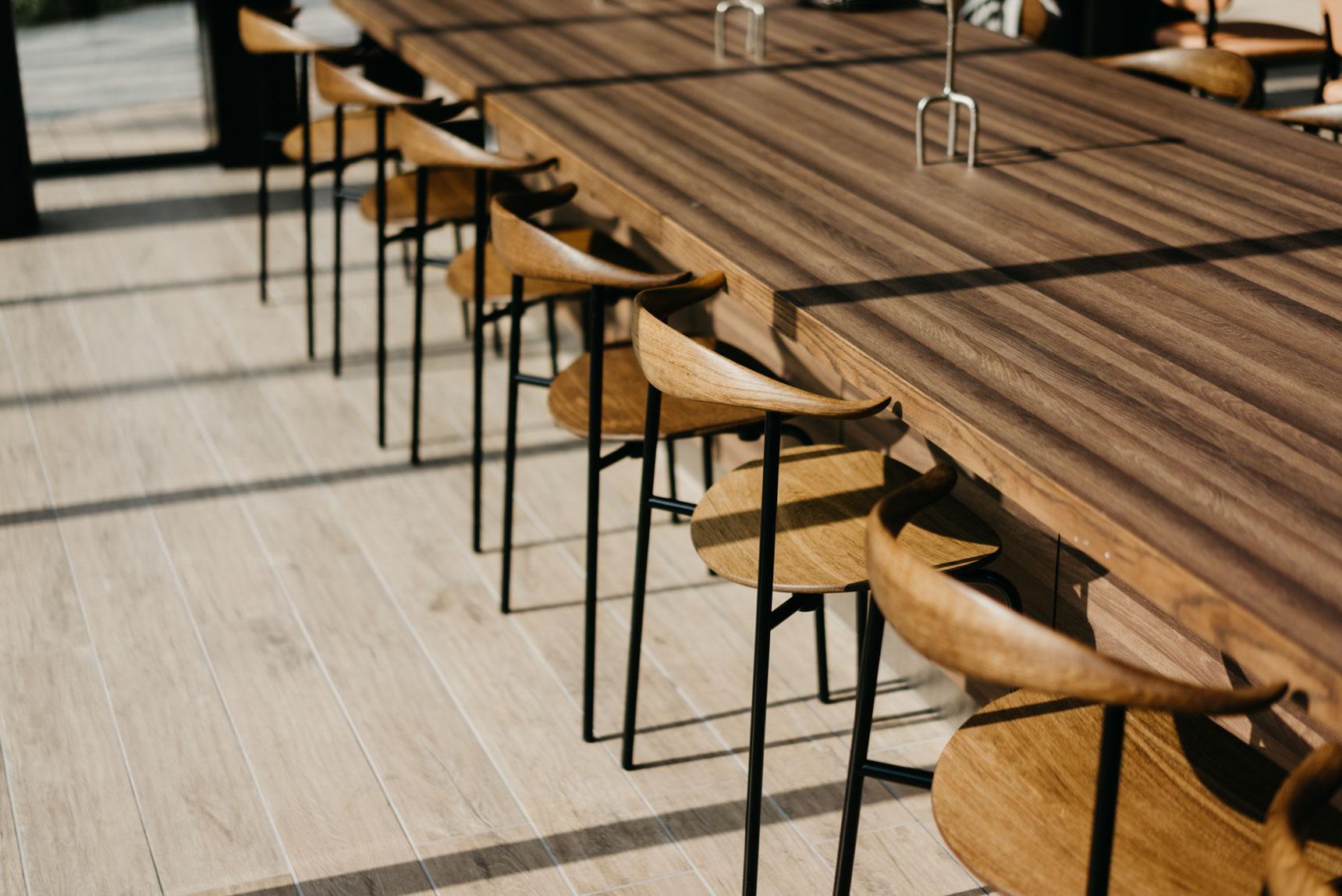 様々なタイプの席があり、食事以外にも、読書やお仕事で利用されている方もたくさんいます。