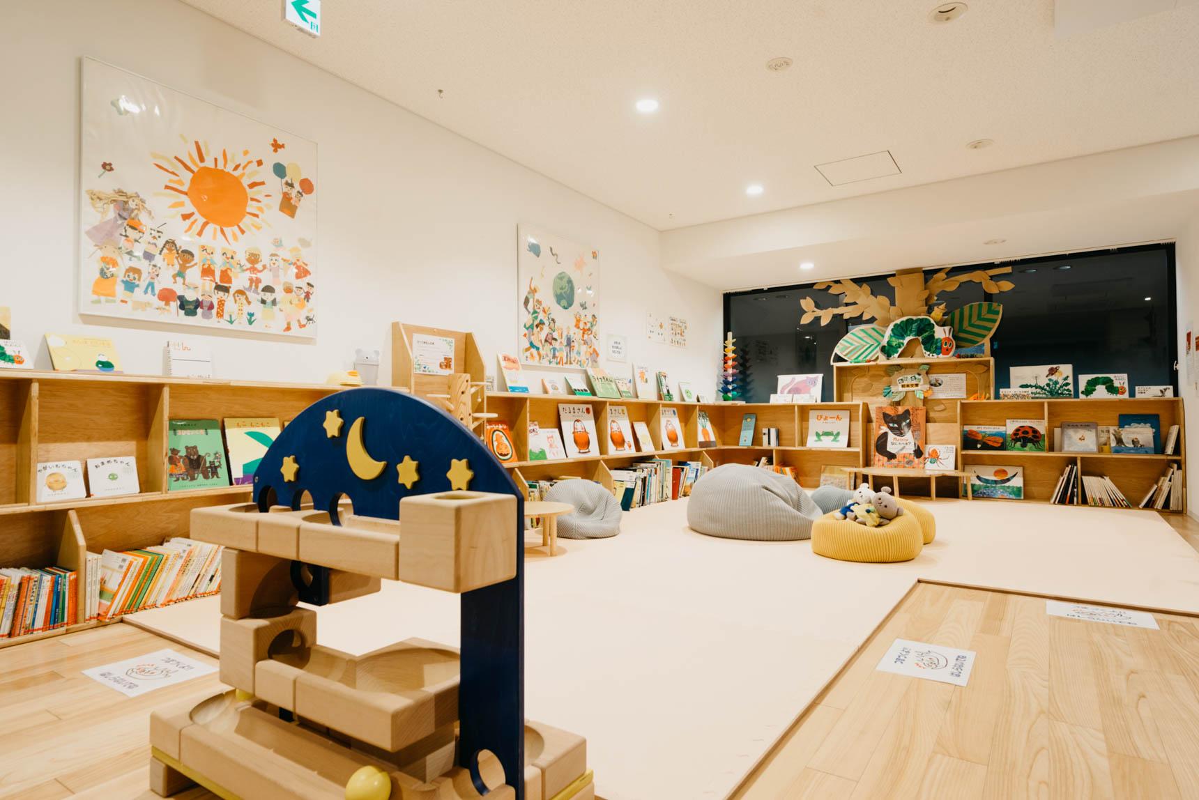 2Fには、子育てファミリーが集う場となるキッズスペース&絵本ライブラリー。学童クラブや認可保育園も敷地内に。